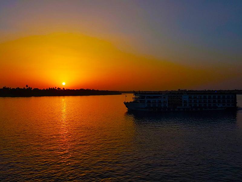 Imbarcazione fluviale al tramonto