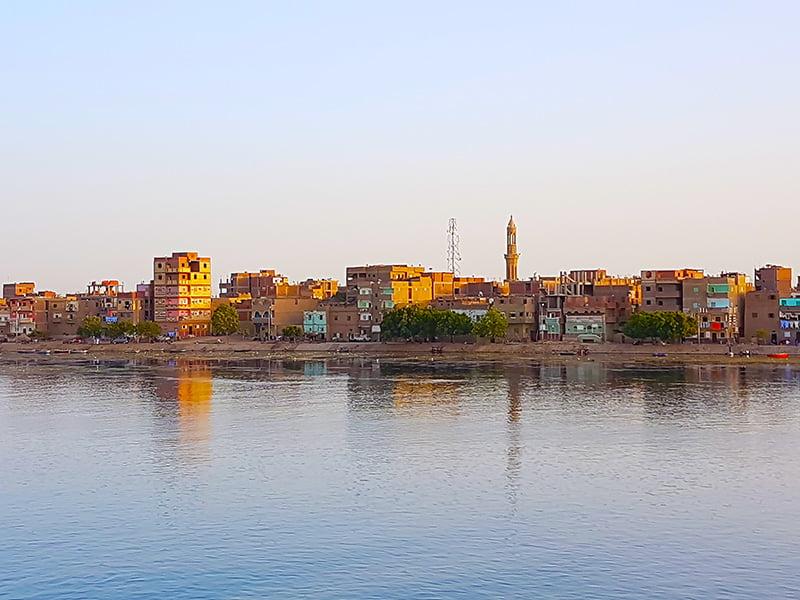 Riva del Nilo al tramontar del sole